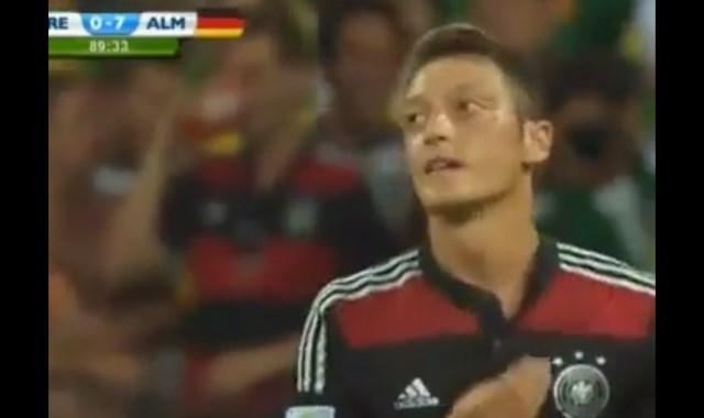 Mesut Özil 8. golü Kaçırınca Türkçe Küfür Etti