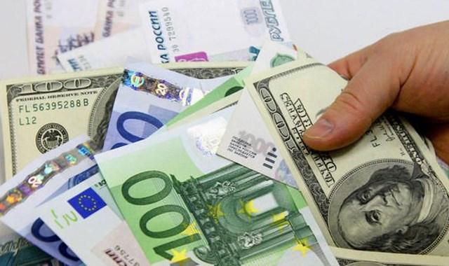 Dolar hafif çıkışta, Euro rekor kırdı