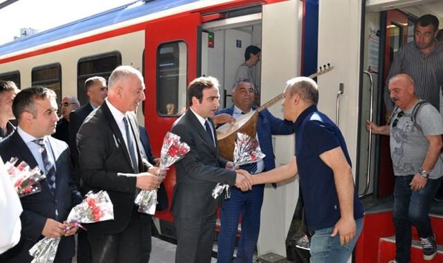 Turistik Doğu Ekspresi yolcuları karanfillerle karşılandı