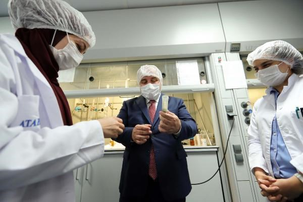Bakan Varank Kovid-19 tedavisinde kullanılan ilacı üreten fabrikayı ziyaret etti