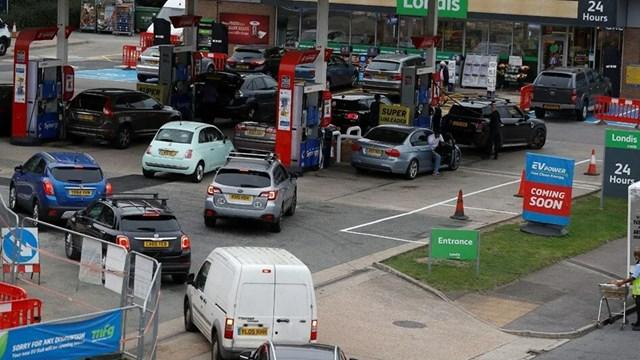 İngiltere de yakıt krizi giderek büyüyor